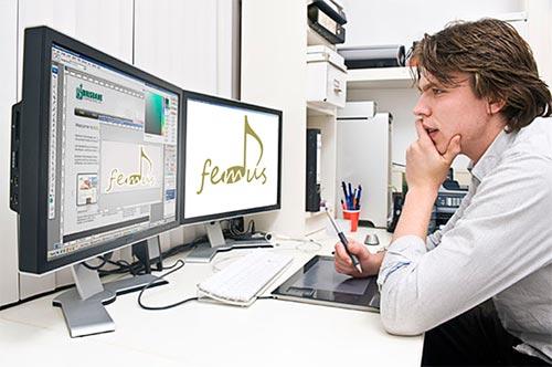 Дизайнер выбирает шрифт макета